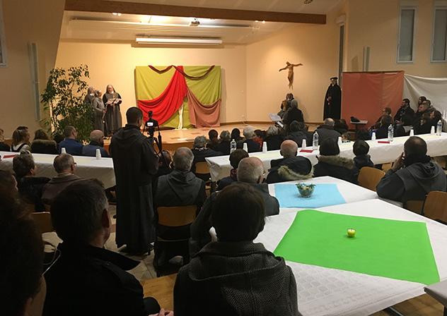 Les Frères de Saint-JEan et les Soeurs Apostoliques de Saint-Jean entourés des amis de la communauté pour une soirée festive